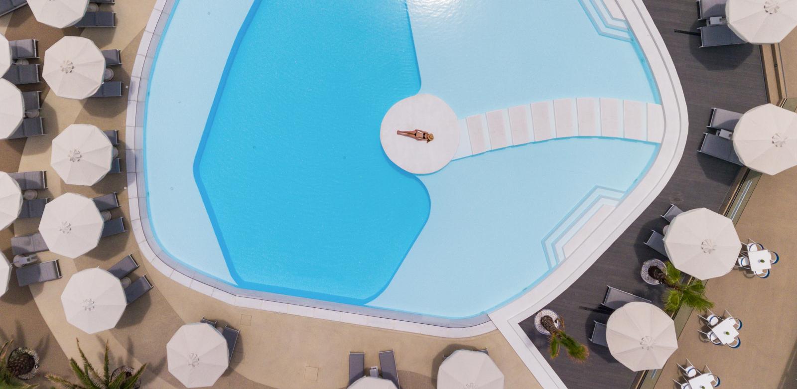 πισίνα ξενοδοχείου gikaiidor